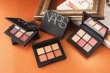 NARS(ナーズ)からコンパクトなアイシャドーパレットが登場☆「ヴォワヤジュール アイシャドーパレット」全5種の魅力をご紹介していきます!!NARS(ナーズ)