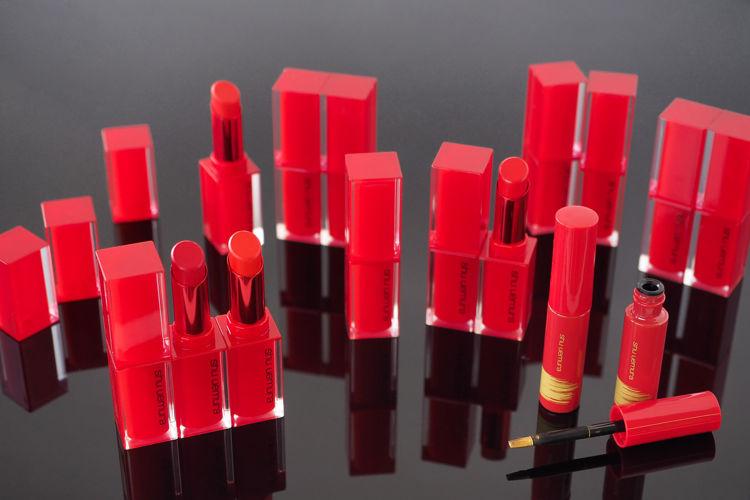 【1月1日限定色発売!】シュウ ウエムラから全13色の限定赤リップが登場!さらにリップメイクを楽しめる限定リップライナーもご紹介 - shu uemura