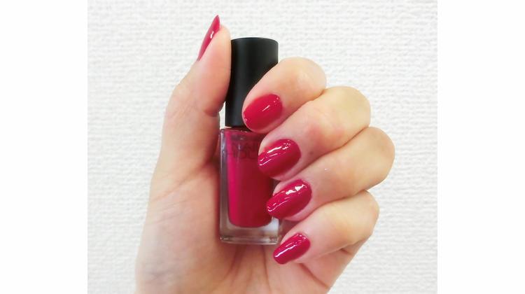 ややピンクがかかった鮮やかな赤で、一番目に紹介したキャンメイク カラフルネイルズ 93 ワインレッド と少し似た発色です。